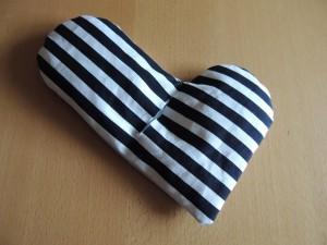 Mit Füllwatte bekommt das Herz eine schöne Form.